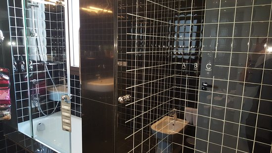 EuroPark Hotel: Large spacious bathroom with separate tub and shower