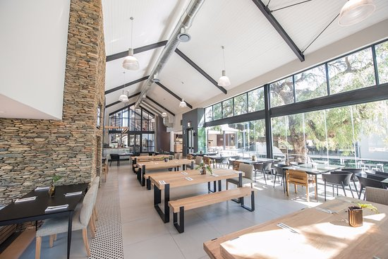 Robertson, Republika Południowej Afryki: Relaxing dining experience with Boet craft beer brewery and Four Cousins tasting room.