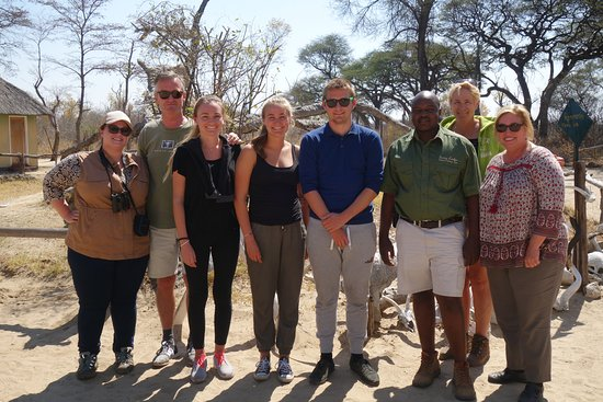Parque Nacional de Hwange, Zimbabue: Our guide, B, and family we were paired with for the drives