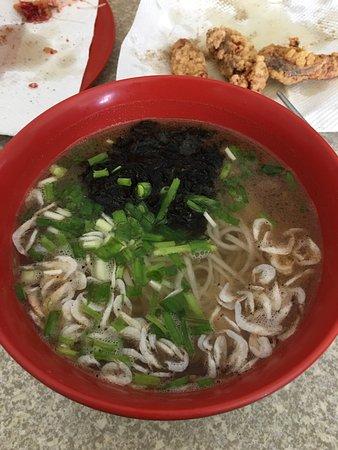 Matsu Islands, Taiwán: 魚麵好吃,沒有加味精,用很多在地蝦皮和紫菜點出鮮味。炸魚麵也很好吃,味道有點像蝦餅,炸紅糟鰻魚的紅糟味道很夠。