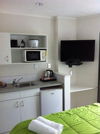 RotoVegas Motel of Rotorua: kitchenette in upstairs studio room