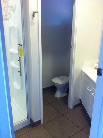 RotoVegas Motel of Rotorua: bathroom in upstairs studio