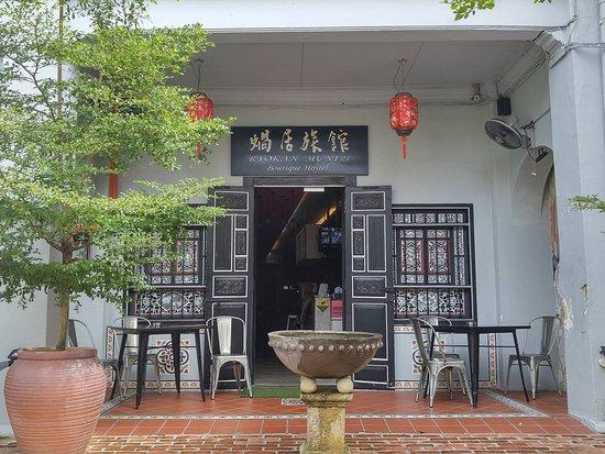 Ryokan Muntri Boutique Hostel: Ryokan at the front.