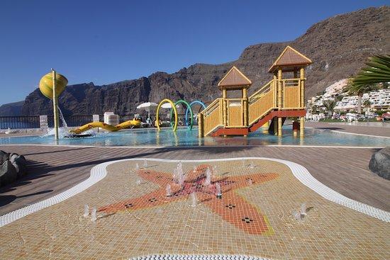 Piscina infantil y juegos de agua picture of oasis los for Agua piscina