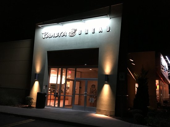Fairport, Estado de Nueva York: Panera Bread - view from outside at night