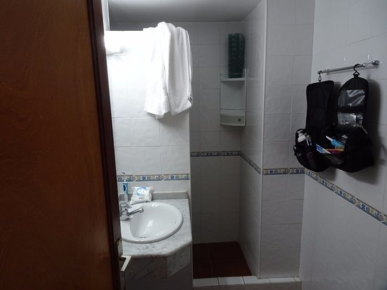 Dusch med handfat och toalett - Picture of Puerto Bello Apartments ...