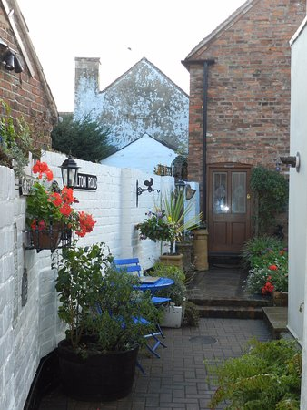 Upton upon Severn, UK: Looking towards the back garden area and the door to the cottage and bedrooms.