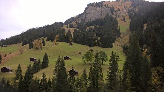Lenk im Simmental, Suisse : Chalets à proximité de la chute d'eau