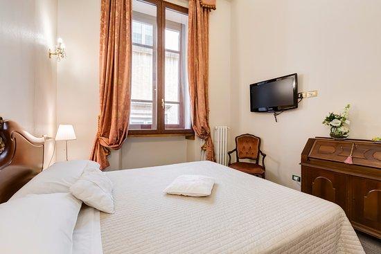 Camera matrimoniale classica - Picture of Affreschi su Roma Luxury ...