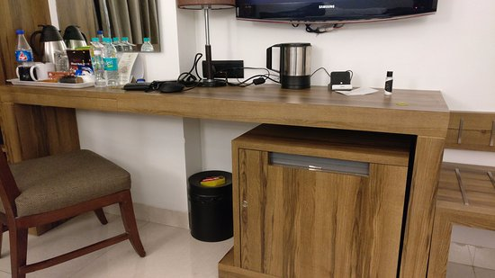 Hotel Suba International: No space to work. The mini-refrigrator blocks what could have been used as a work space.