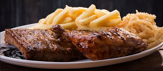 Kuruman, Sør-Afrika: Marinated pork ribs with a quarter chicken