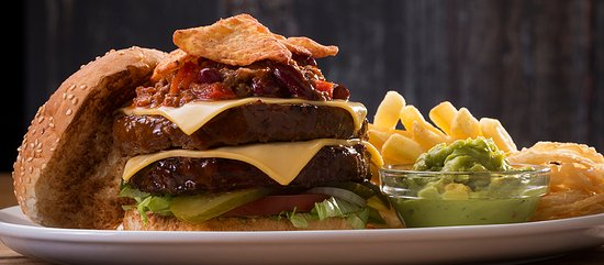 Graaff-Reinet, Zuid-Afrika: Mexican Burger with chilli con carne, nachos, guacamole and a slice of melted cheese