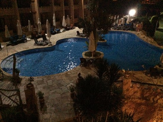 Africana Hotel: Night time view to the pool area
