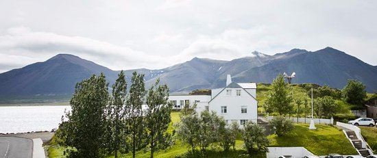 Borgarnes, Islandia: Spectacular view to Hafnarfjalls.The house at Brákarbraut 11.