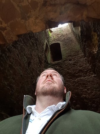 Kenilworth, UK: Looking up into one of the castle towers