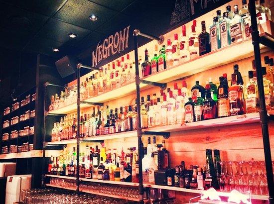 Le Pot Papilles & Cocktails: Bar Wall