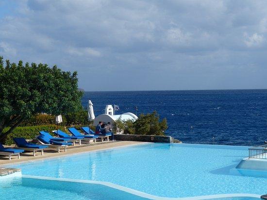 St. Nicolas Bay Resort Hotel & Villas : Face à notre suite l'eau de la piscine semble se jeter dans la mer
