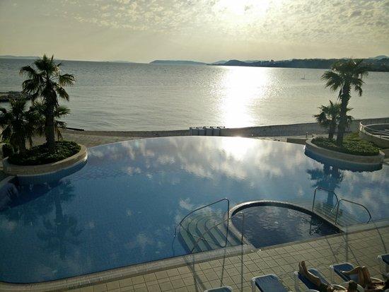 Podstrana, Croazia: La piscine extérieur en fin de journée