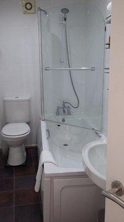 Castle Hill Guest House: en suite bathroom/wc/shower