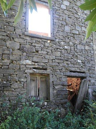 Emilia-Romagna, Italy: un particolare di una casa abbandonata ... sempre a chiapporato