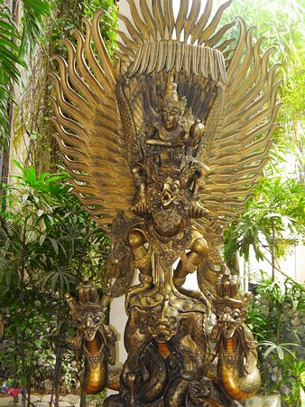 Parigata Resort & Spa: statue in the lobby