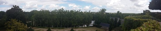 Montreuil-Bellay, France: Vue sur les jardins en contrebas du château