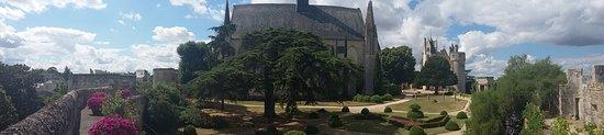 Montreuil-Bellay, France : Les jardins hauts, l'abbatiale et le château en fond