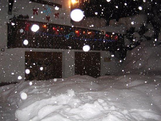 Argentiere, ฝรั่งเศส: en hiver...on ne stationne plus devant le chalet!