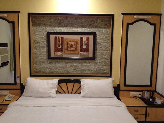 Radhika Beach Resort: king size bed