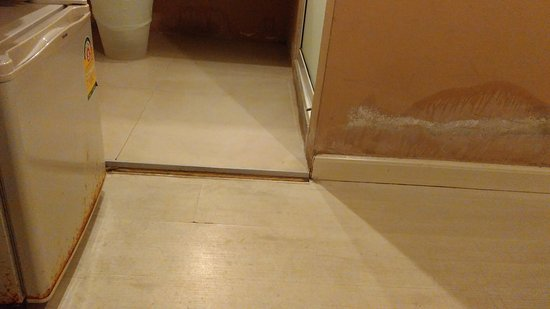 Nantra Sukhumvit 39: The bathroom attached to the room was also a bit messed up, as water was seeping through