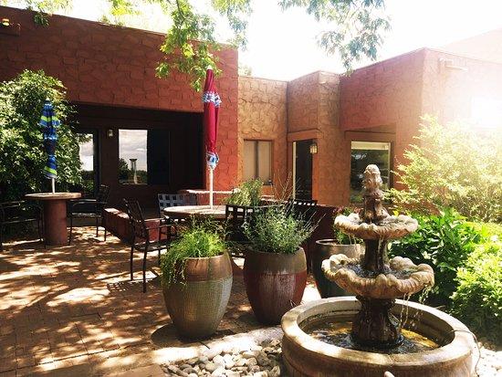 Judi's Restaurant & Lounge: Outdoor Seating