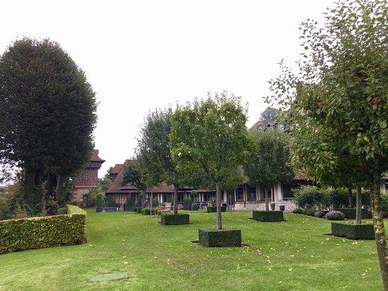 La Ferme Saint Simeon - Relais et Chateaux: Le jardin avec vue sur l'estuaire
