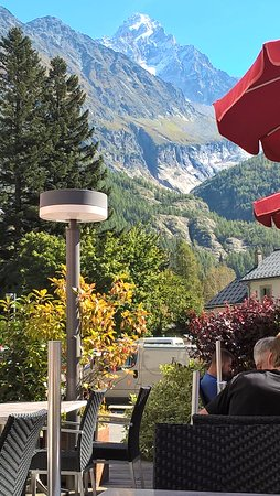 Argentière, Francia: Terrace at La P'tite Verte. And the food was every bit as good.