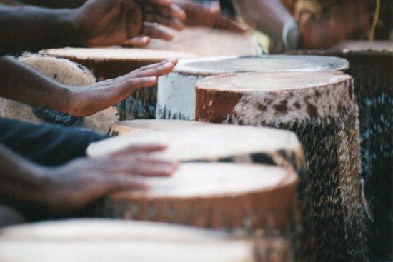 Usa River, Tansania: handgefertigte Trommeln des Centers of Cultural Arts