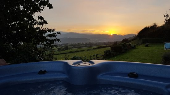Llandudno Junction, UK: Sunset in the hot tub..