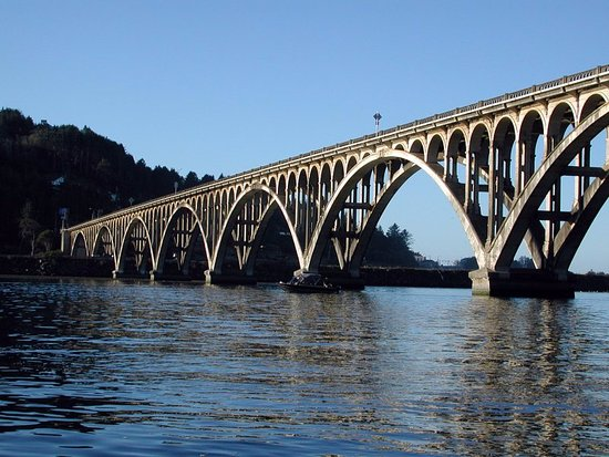 Port Hole Cafe: Issac Lee Patterson Bridge spanning the Rogue river. Nice view from the Porthole Cafe.