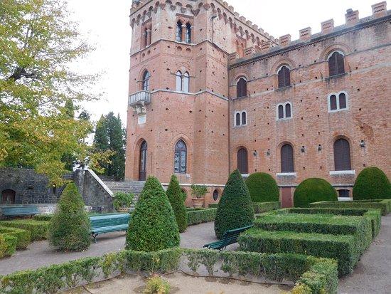 Gaiole in Chianti, Ιταλία: Castle grounds and garden