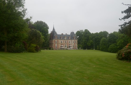 St-Denis-le-Thiboult, France: il castello da fuori