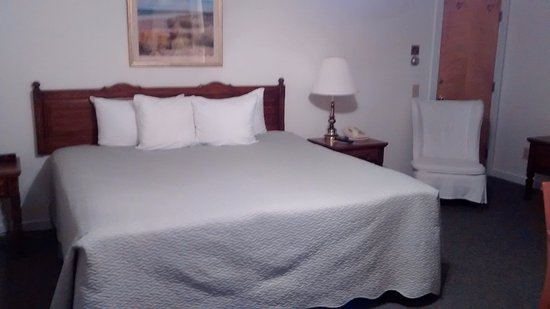 Cromwell Harbor Motel: King bed and easy chair