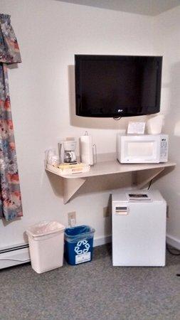 Cromwell Harbor Motel: TV, MW, fridge and coffeemaker