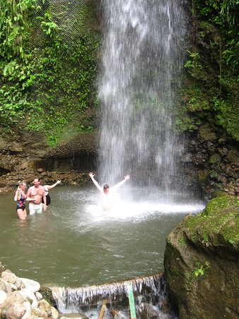 Gros Islet, Sta. Lucía: Go dip in the waterfall! The water is COLD, the air is hot...refreshing for sure.
