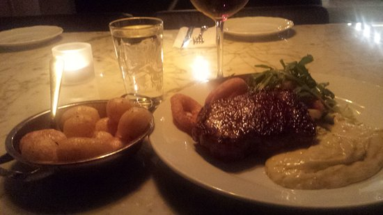 Almhult, Zweden: Nice restaurant with great menu choices!