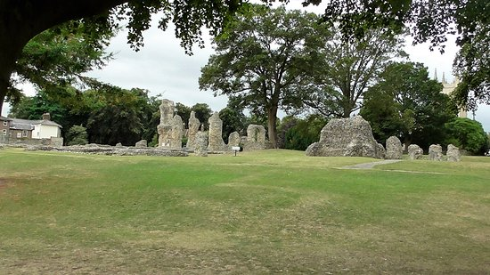 Bury St. Edmunds, UK : Expansive view of some of the ruins...