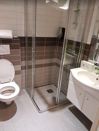 de badkamer is klein maar ziet er best fris en modern uit. - Foto ...