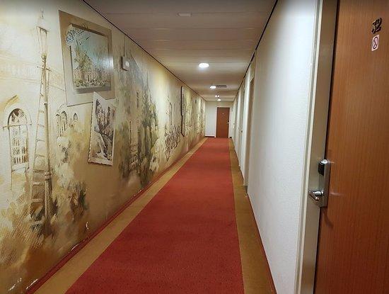 Magnifiek beetje obscure gang met een viezig tapijt en behang dat op vele &VP18