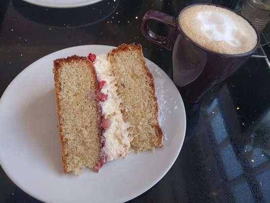 St Monans, UK: Victoria amazing sponge and a capuccino