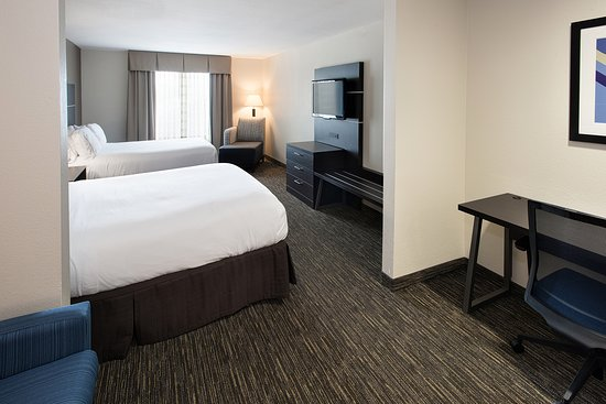 Holiday Inn Express Hotel & Suites Andover/East Wichita: Double Queen Suite