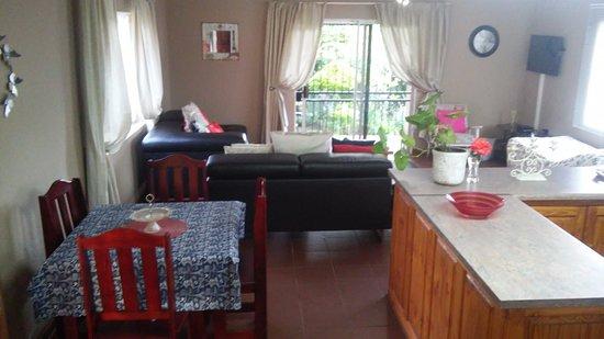Sabie, Republika Południowej Afryki: Tipperary cottage: Open plan Dining & living area