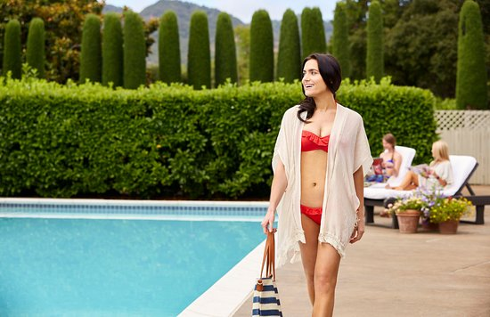 Vintage Inn: Poolside with the girls