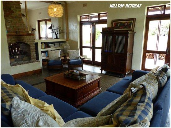 A Hilltop Country Retreat: der große Wohnbereich mit Kamin